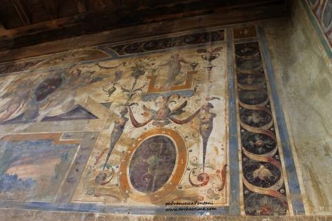 Castello di Montecalvello: gli affreschi nel loggiato esterno