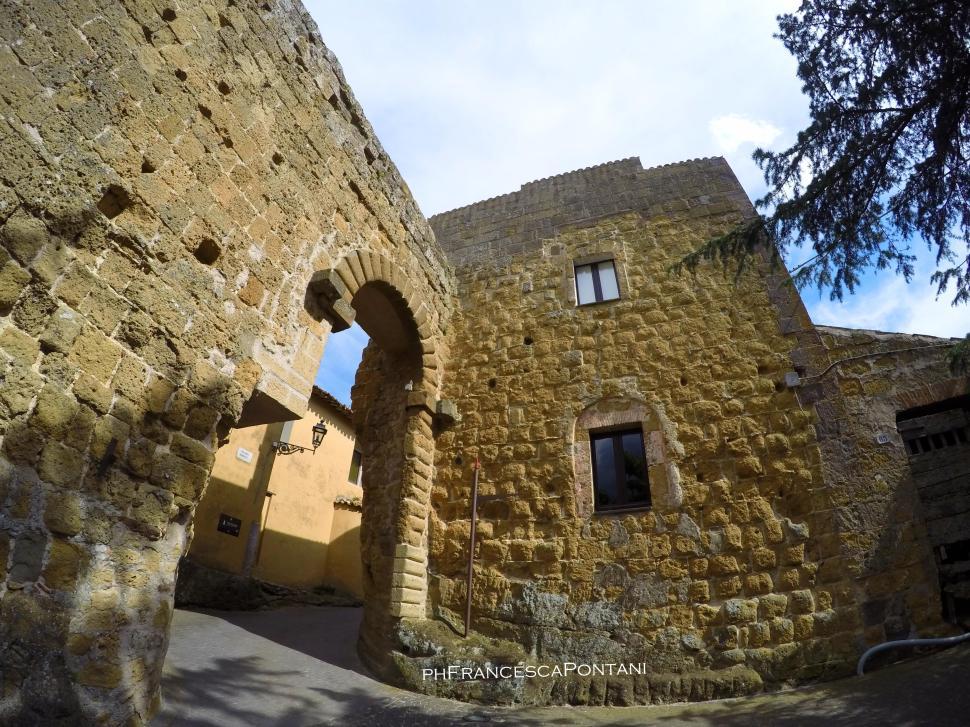 Pianiano_Borgo_medievale_porta_di_ingresso