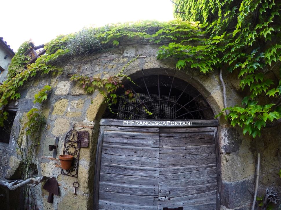 Pianiano_Borgo_Medievale_porta_di_legno