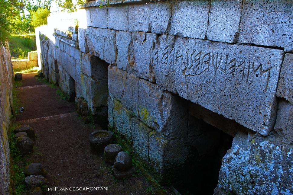 Orvieto_Necropoli_Crocefisso_del_Tufo_epigrafe_funeraria_becco_di_civetta