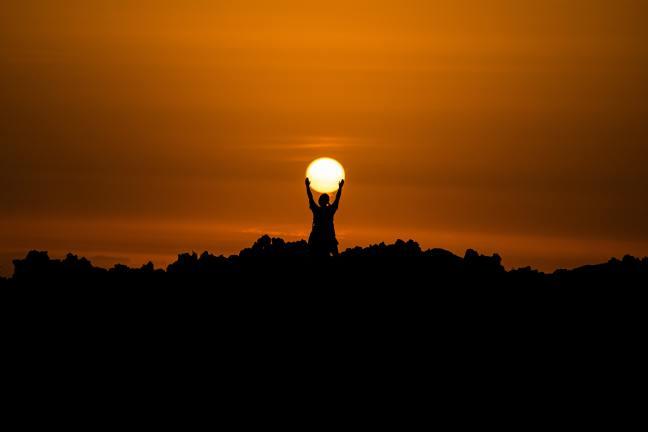 il sole sorge