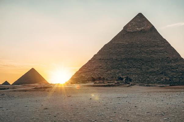 sole e piramidi in Egitto