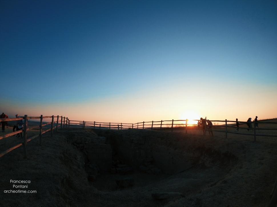 il tumulo etrusco di Poggio Gallinaro all'alba-Tarquinia